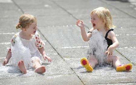 رودان نیوز : عکس/شادمانی دو دختر بچه انگلیسی روی فواره آب (لندن)