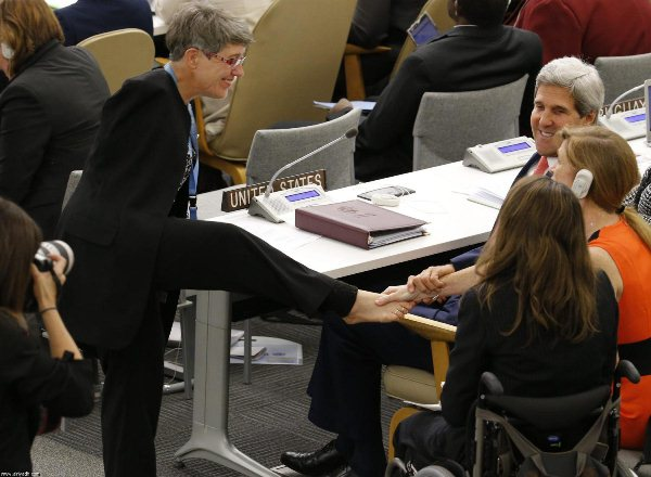 دست دادن با پا در سازمان ملل+عکس