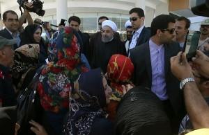 حضور روحانی در جمع گروهی از مردم قشم و مسافران نوروزی