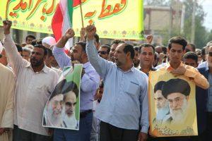 مردم ولایتمدار رودان با عکس امام و رهبری آمدند تا عکس آنان حرکت نکنند+تصویر