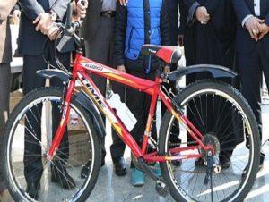 دوچرخه هدیه مدارس به دانش آموزان درسخوان