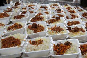 جهاد تمام وقت گروههای جهادی در مرحله دوم کمک مومنانه/هزار و 300 پرس غذای گرم بین نیازمندان رودانی توزیع شد