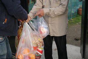 تداوم کمک های مومنانه/ 3 هزار پرس غذای نذری و بسته معیشتی در جغین رودان توزیع شد